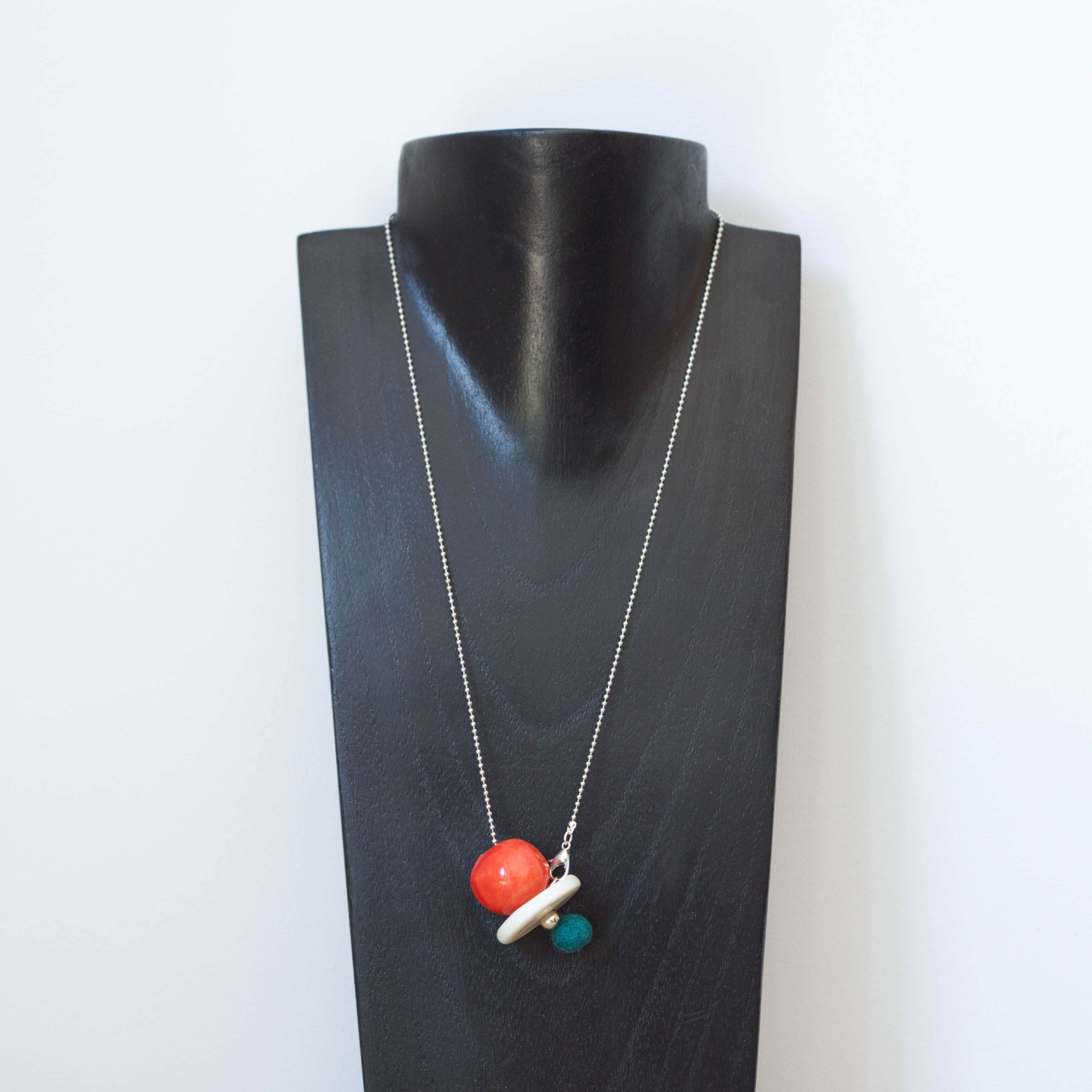 Collier Pom pom rouge blanc -il fait si beau-ceramique made in france